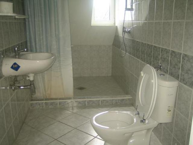 emeleti zuhanyzó